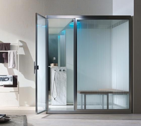 marmo carrara, pareti di fondo a specchio e vetri effetto rain