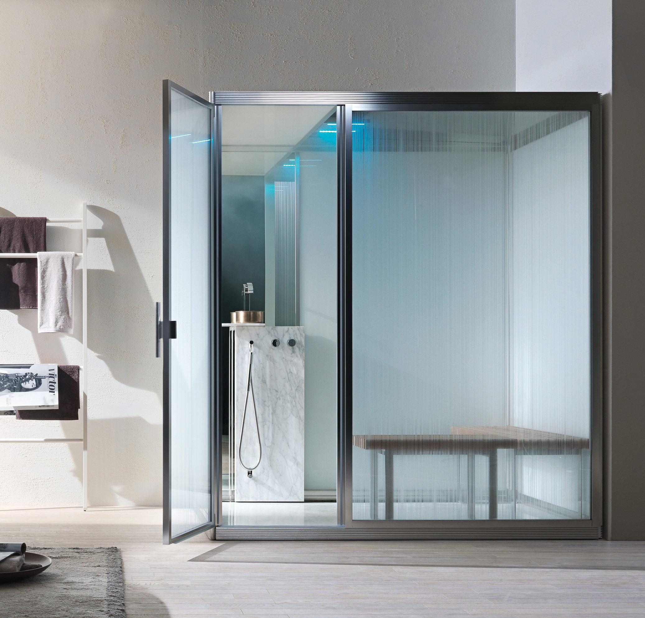 bagno turco benessere design tecnologica vapore marmo carrara pareti di fondo a specchio e vetri effetto rain