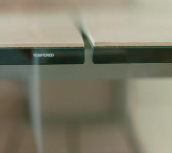 Mid Dettaglio della panca Mid: seduta realizzata con vetro accoppiato a gres laminato