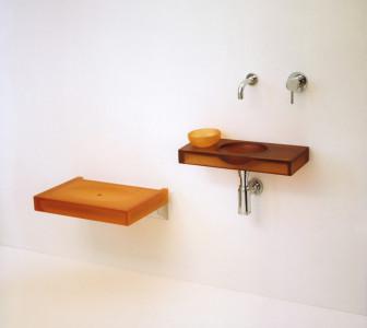 Linea MINI Fonte, seduta e ciotola in resina colorata, tonalità ambra
