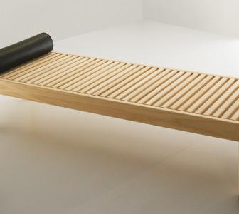 Chaise-longue In legno Abachi con cuscino cilindrico in cuoio (opzionale)